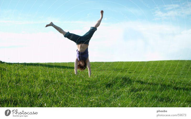 kopfüber Frau Natur grün blau Wolken Wiese Gras Freiheit Rasen Bauch Turnen Kopfstand