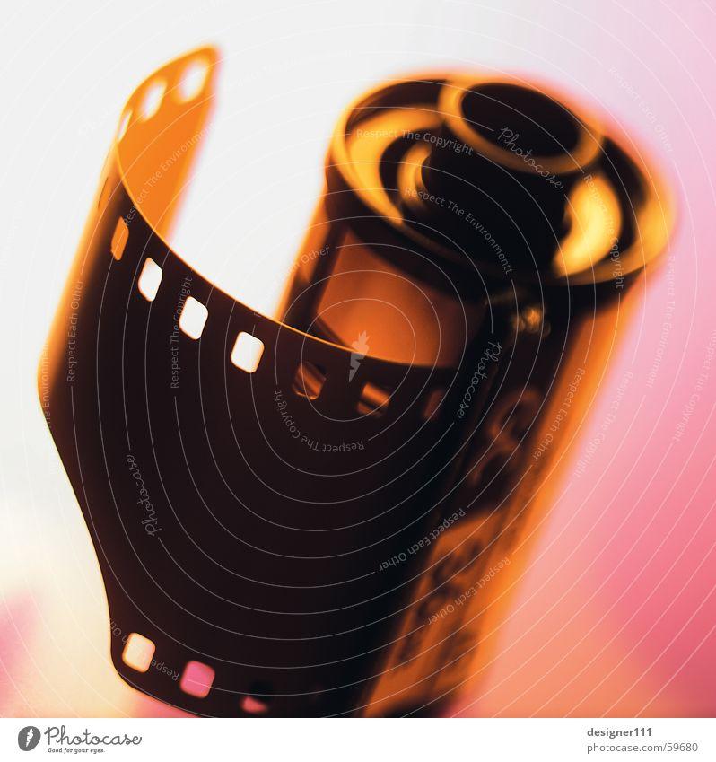 Film analog Fotografie Filmmaterial Unschärfe Licht schwarz alt Farbe Filmperforation 35 Millimeter Film Nahaufnahme Filmindustrie filmreif