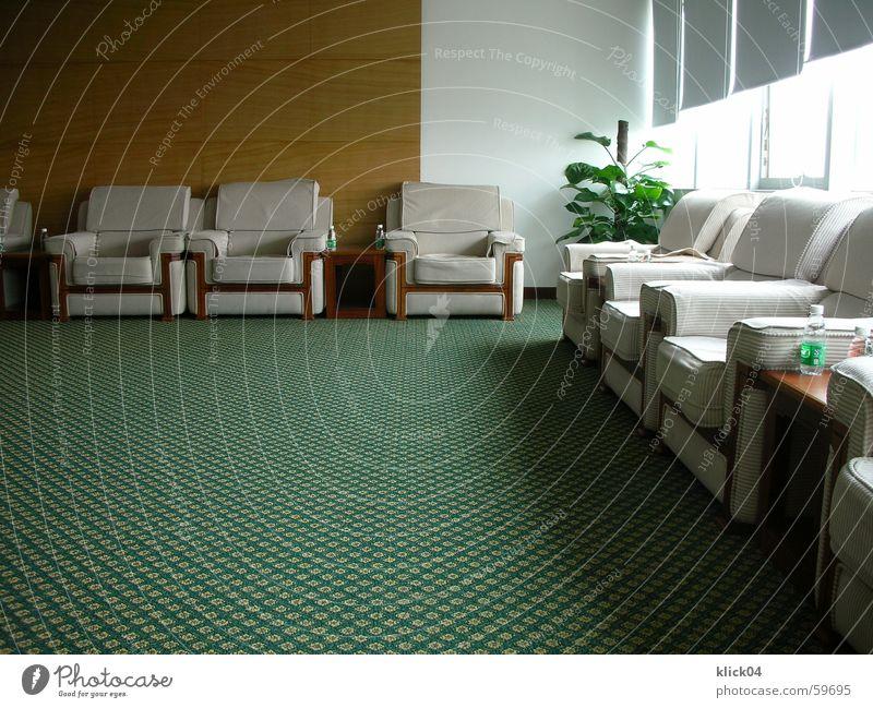 Besprechungsraum Sitzung Raum Warteraum Sessel Sofa Stuhl Polster Kissen Sitzgelegenheit grün Teppich Muster weiß beige Innenaufnahme rund Innenarchitektur