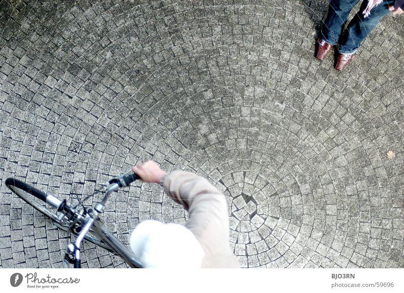 eine runde Sache weiß blau Farbe Stein Schuhe braun Fahrrad glänzend Jeanshose Spitze Jacke Mütze Stiefel Kopfsteinpflaster Leder Griff