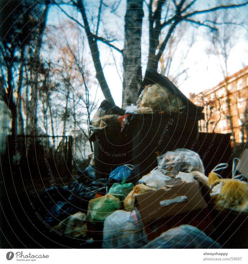 arbeitskampf Müll Hinterhof Müllbehälter hässlich Holga Müllsack Müllabfuhr Streik Mittelformat abfallbehälter garbage Geruch dreckig ugly waste rubbish stinky