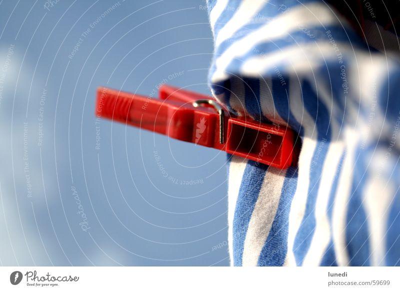 ... was hängt denn da? Himmel weiß blau rot Wolken Garten Hose Unterwäsche Wäsche Unterhose gestreift Wäscheleine Klammer Hotpants
