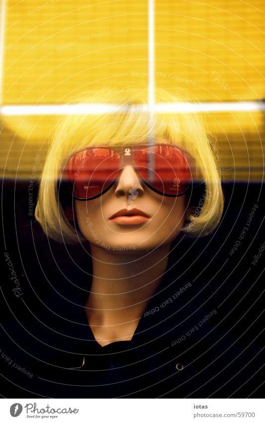 schaufensterpuppe Frau rot Gesicht Auge gelb kalt Stil orange blond Model Coolness Macht gefährlich Brille Lippen
