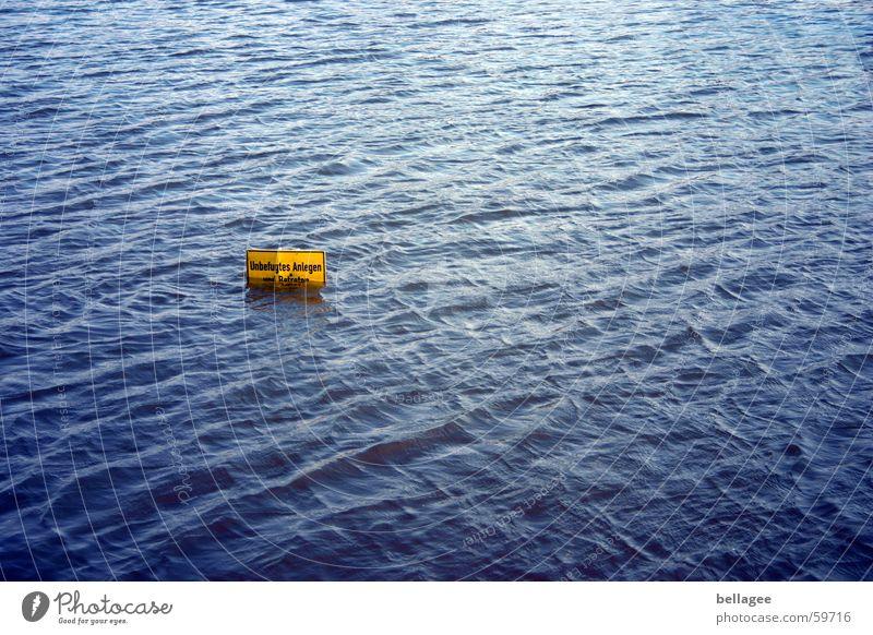betreten verboten Hochwasser überschwemmt gelb Verbote ankern ertrinken Vogelperspektive Bach Reflexion & Spiegelung Schilder & Markierungen Wasser blau