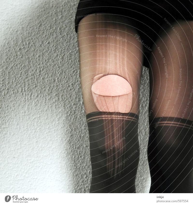 sowas kommt von sowas Lifestyle Stil schön Frau Erwachsene Leben Beine Frauenbein 1 Mensch Strumpfhose Kniestrümpfe Nylon Laufmasche Schlaufe Loch Riss stehen