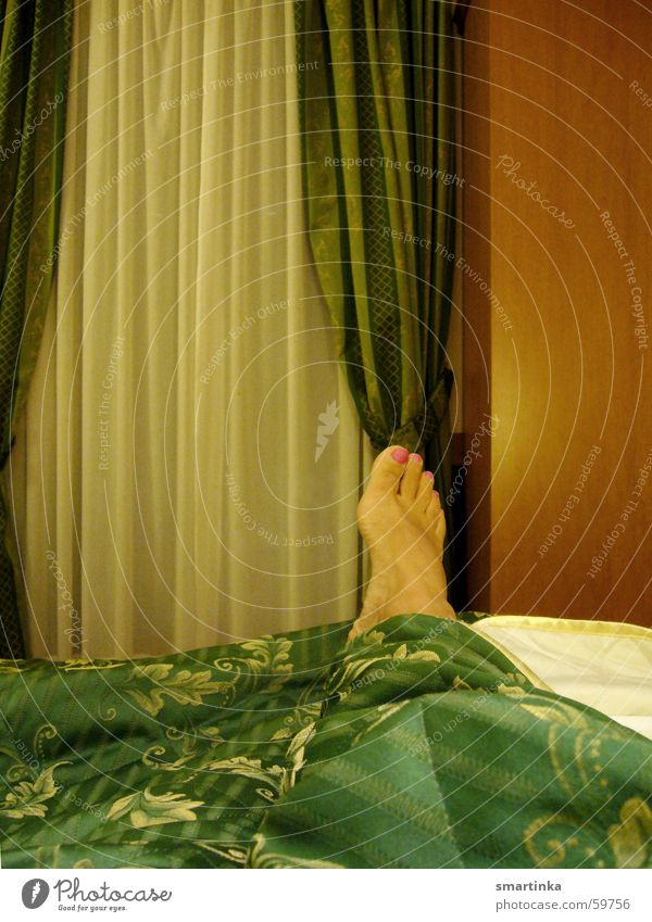 ZimmerNr.11. Ich warte. Frau grün Fuß warten Elektrizität Bett Hotel Vorhang Verabredung Hotelzimmer