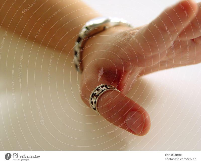 Mädchenhand mit Elefantenring Hand Finger Uhr gestikulieren Körperpflege unmanikürt Fingernagel Daumen Daumenring Kreis Maniküre