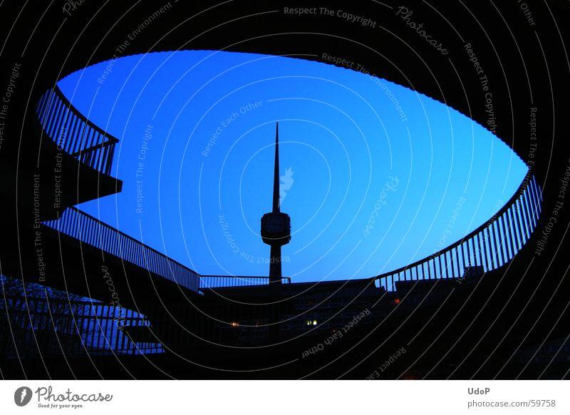 Schwungvoll Uhrenturm Cottbus Brücke Bogen blau Abend Geländer Silhouette