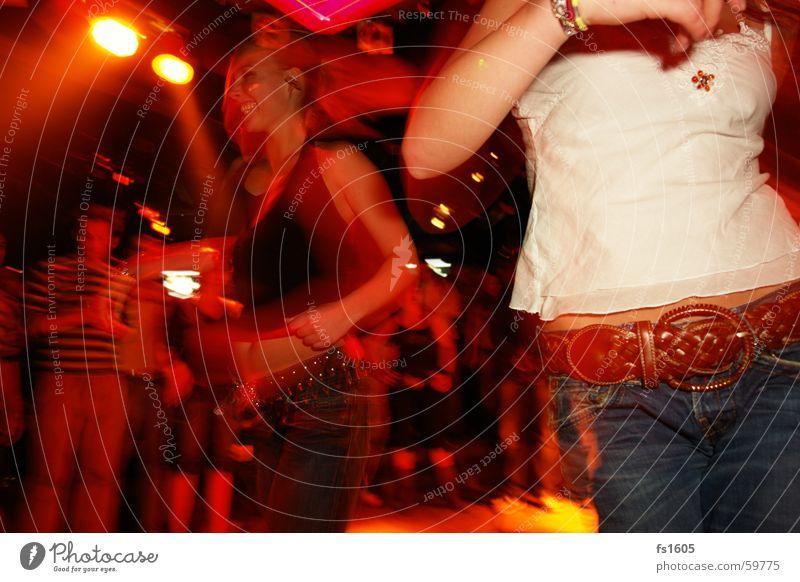 Night life Frau rot Party orange trinken Jeanshose Disco Bier Alkoholisiert Unschärfe keine Ahnung
