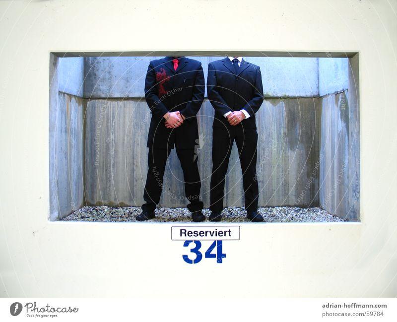 Reservierung für 2 Personen Mann kopflos Kerl Anzug Wand Fenster Schacht reserviert Kies Beton feucht Hand schwarz weiß eng erstaunt abstrakt Humor Mensch ruhig