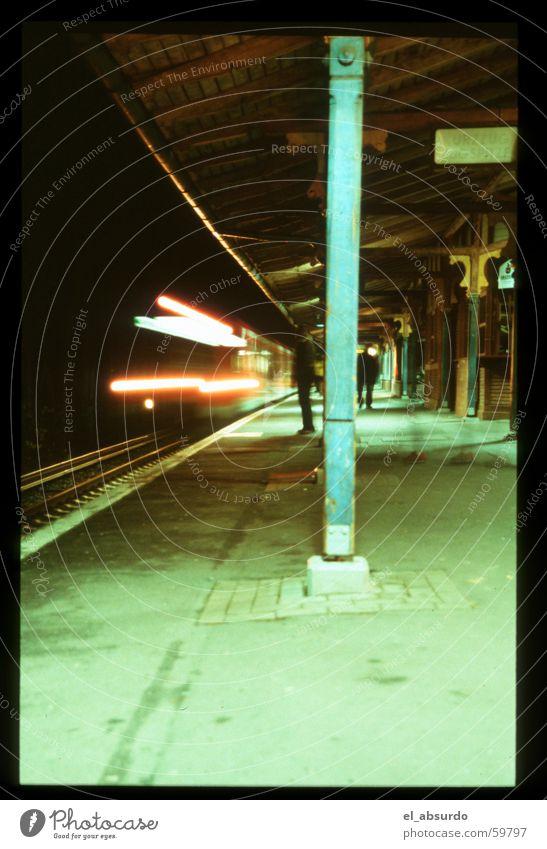 Bahnhof Mann Eisenbahn fahren Bahnsteig