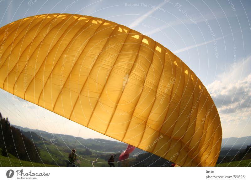 gleitschirmsession II Himmel Sonne gelb hell Beginn Luftverkehr Fallschirm Stoff Schönes Wetter Material Tuch Gleitschirmfliegen Abheben grell Gleitschirm Firmament