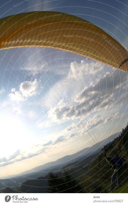 gleitschirmsession III Gleitschirmfliegen gelb Fischauge Himmel gleitschrim Tuch stoßen woklen Freiheit Beginn fly sky