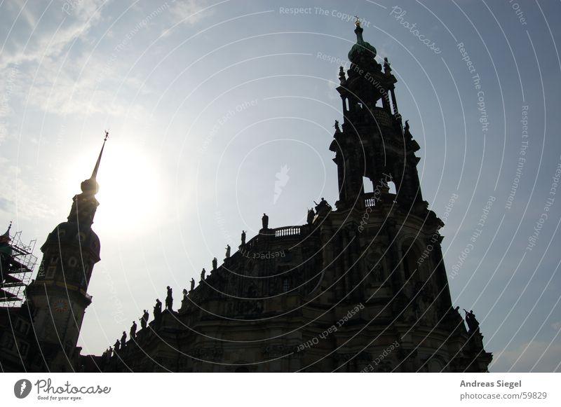 Schönheit im Gegenlicht Dresden Hofkirche Licht grell Silhouette Wolken schwarz historisch Gotteshäuser Altstadt Religion & Glaube Sonne Schatten Himmel Turm