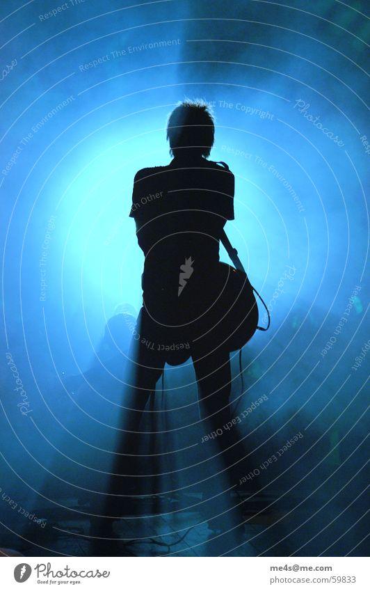 Heute mach ich Blau Mann blau weiß rot Freude Einsamkeit Stimmung Musik Kunst Feste & Feiern Rücken Nebel Kabel Schnur Konzert Club
