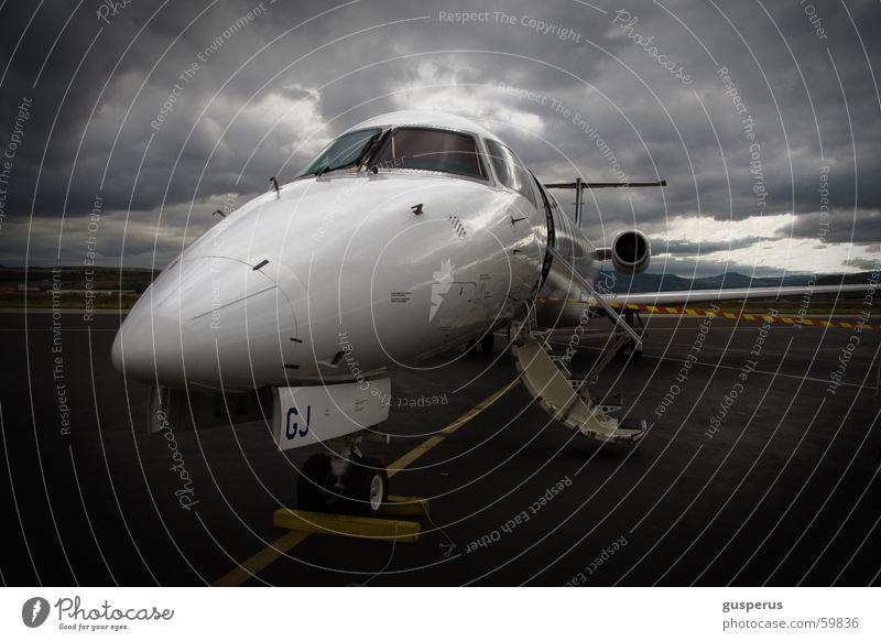 guten Flug... Wolken dunkel Luftverkehr Stimmung Flugzeug Geschwindigkeit Sicherheit Sturm Flughafen Frankreich Maschine Unwetter Düsenflugzeug Rollfeld