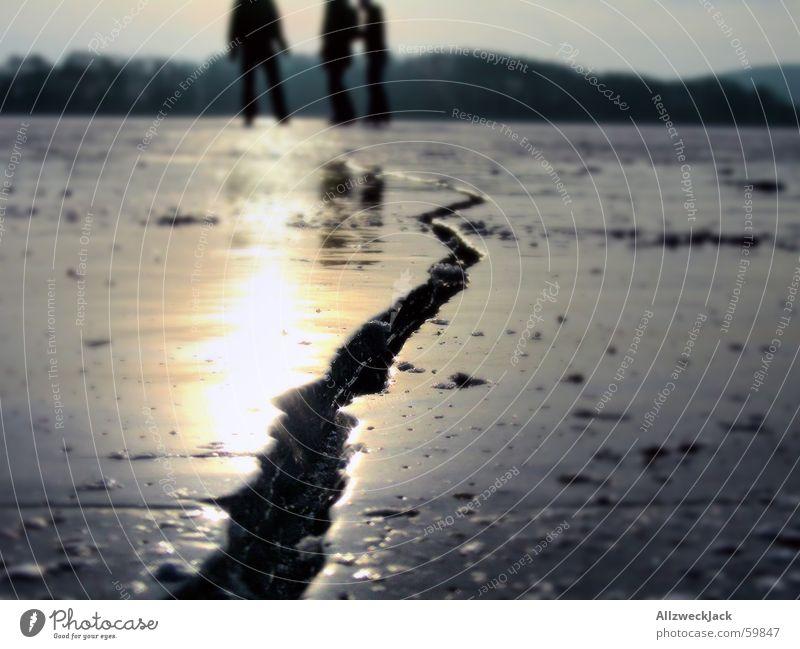 Die Mutprobe Schlittschuhlaufen See gefroren gerissen gefährlich Schlänitzsee Töplitz Winter Außenaufnahme Eis Riss bedrohlich Unbekümmertheit Lebensgefahr