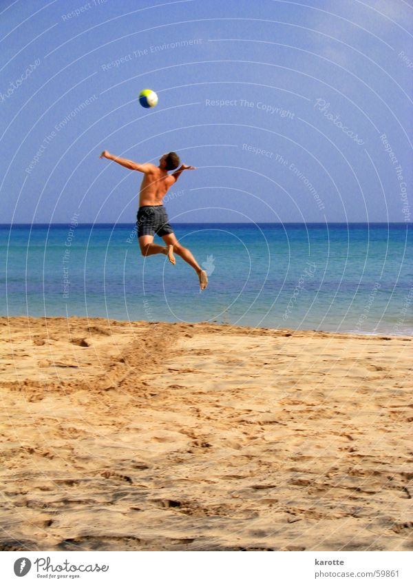 ... und rüber damit! Meer Strand springen Sand hoch Kraft Energiewirtschaft Aufschlag Volleyball Atlantik Fuerteventura Schwerelosigkeit