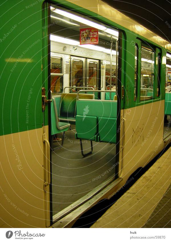 bitte einsteigen, türen schließen selbstätig! grün schwarz Einsamkeit gelb Lampe dunkel hell Eisenbahn leer Bank stoppen gruselig Paris U-Bahn Eingang Eisenrohr