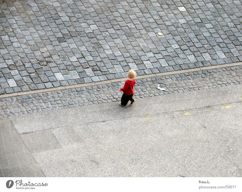 kleiner Mensch Kind Kleinkind üben Kopfsteinpflaster blond entdecken Bewegung Mitte Mut Neugier Verkehrswege Freude erobern intresse laufen Wege & Pfade Straße