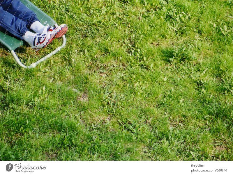 Stückchen Sommer grün Liegestuhl Wiese Frühling Schuhe Platz Ferien & Urlaub & Reisen Camping ruhig Erholung Rasen liegen Freiheit Natur