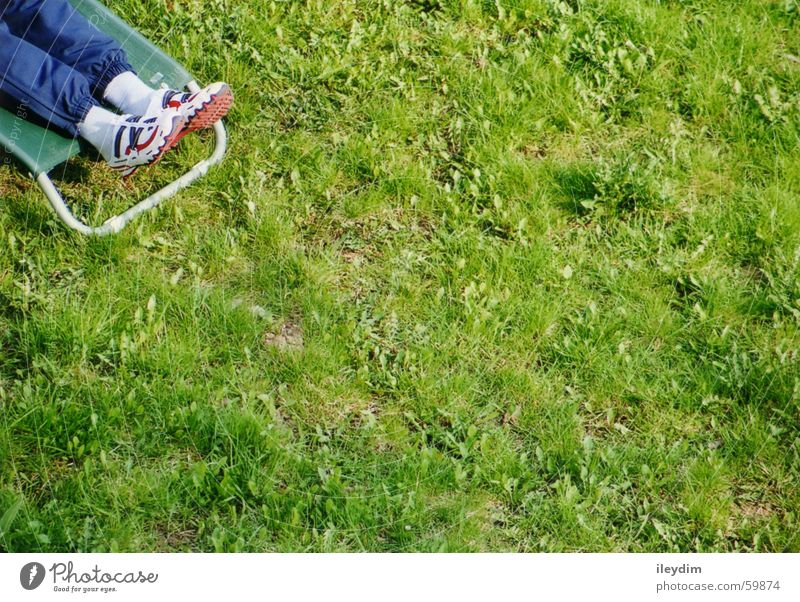 Stückchen Sommer Natur grün Ferien & Urlaub & Reisen ruhig Erholung Wiese Frühling Freiheit Schuhe Platz Rasen liegen Camping Liegestuhl