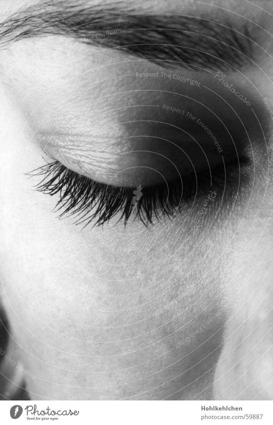 Heute geschlossen. Augenbraue Wimpern schlafen träumen ruhig Gesicht Schwarzweißfoto schäfchen zählen