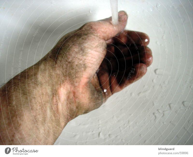Schmutzfi...nger [1] Mann Hand Wasser Arbeit & Erwerbstätigkeit dreckig Wassertropfen nass Finger Sauberkeit Reinigen Handwerk Körperpflege Waschen Staub