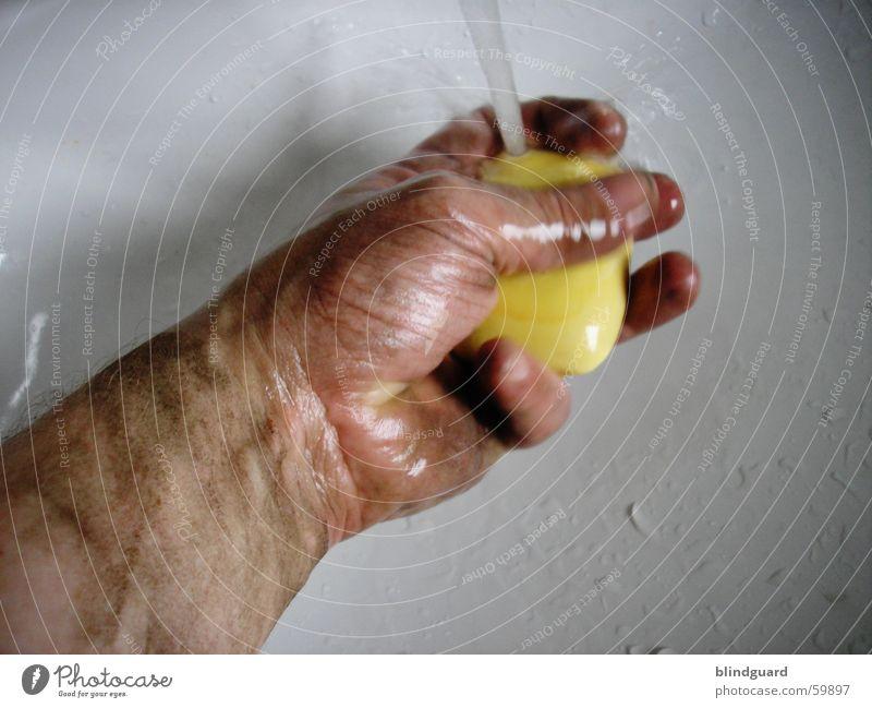 Schmutzfi...nger [3] Mann Hand Wasser Arbeit & Erwerbstätigkeit dreckig Wassertropfen nass Finger Sauberkeit Reinigen Handwerk Körperpflege Waschen Staub