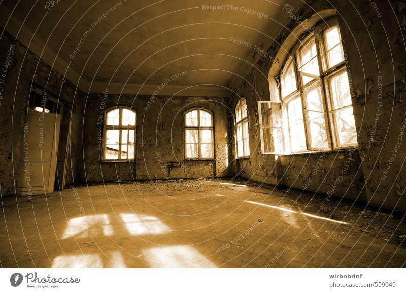 Renovierung ??? alt Stadt Haus dunkel Fenster Wand Gebäude Mauer Architektur Holz Stein braun Angst dreckig Tür Häusliches Leben
