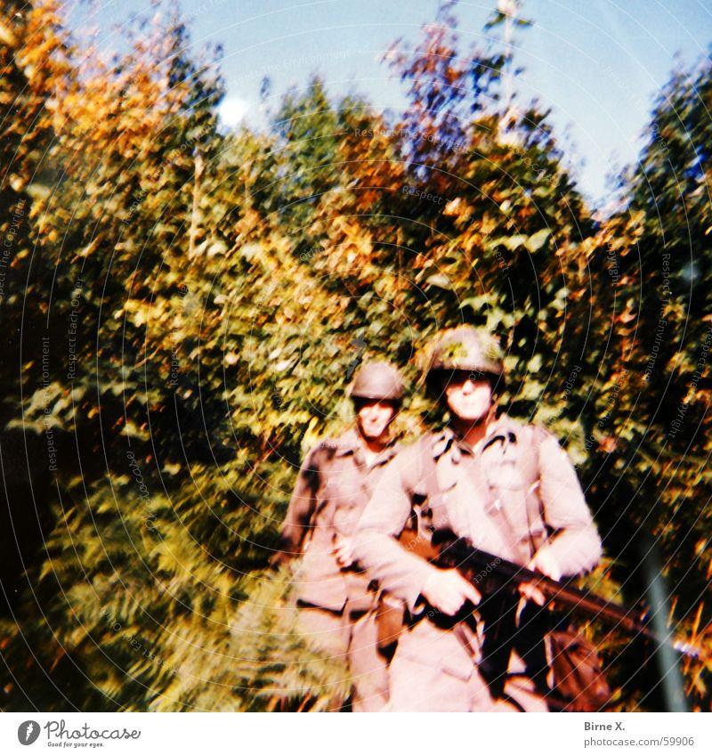 Laurel & Hardy in Vietnam Soldat Krieg Kämpfer Waffe Helm Uniform Kampfanzug Wald Manöver kämpfen Bundeswehr üben g3