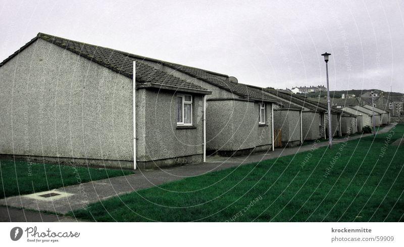 schöner wohnen Haus Wiese Fenster grau Wege & Pfade Fassade Dach Laterne England Nachbar Häuserzeile