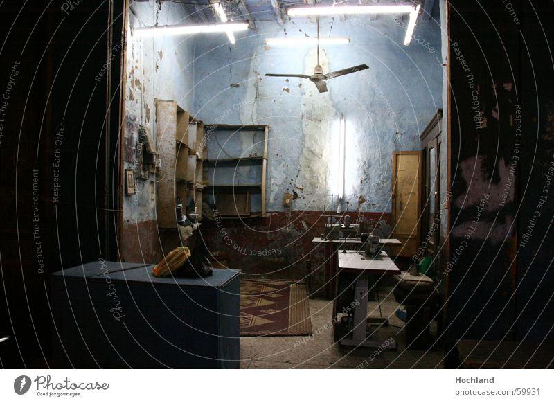 Urige Näherei  in  Ägypten Schwellenland Handwerk Einkommen Teppich Neonlicht Nähmaschine Regal Flair Wand Basar Ladentisch leer urig ursprünglich Vergangenheit