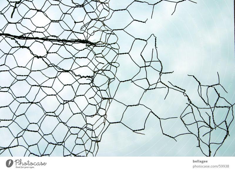 Aufbruch sprengen Zaun Maschendraht ruhig Loch Wolken Gitter Verfall frontal Draht Barriere Trennung Muster Ferien & Urlaub & Reisen Freiheit frei Himmel blau
