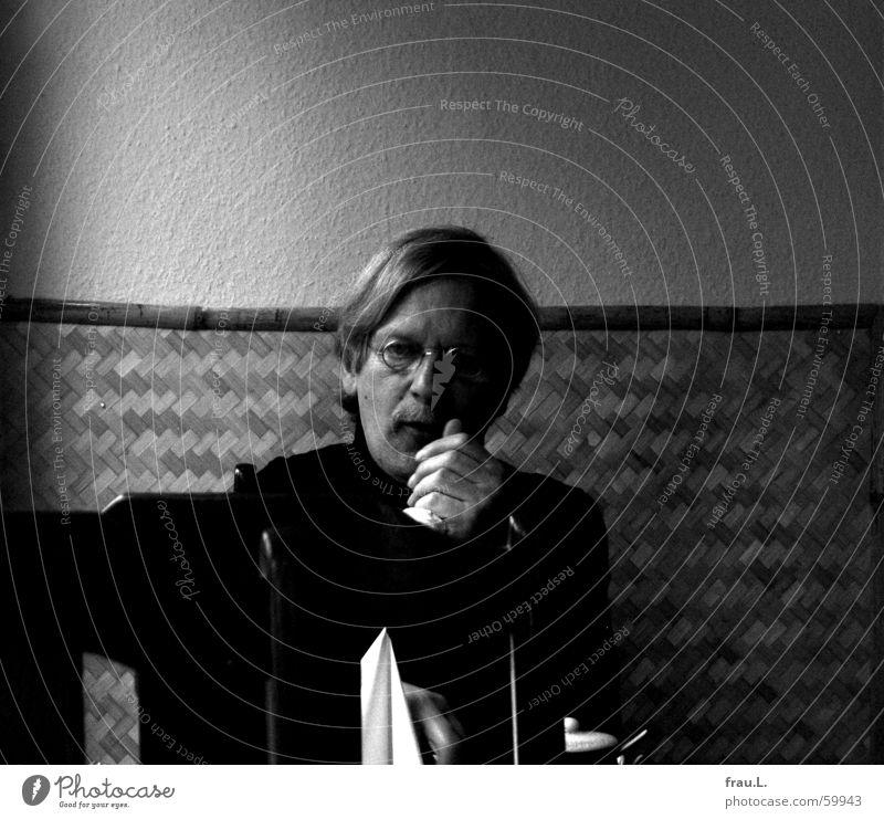 im Restaurant Vietnam Stammgast Reisschale Single Mann Tisch Stuhl Wand Brille Hand blond Gast Porträt satt Gastronomie Schwarzweißfoto Einsamkeit Ernährung