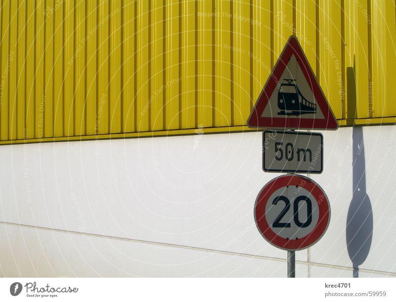 Kontrast Schilder IV gelb weiß rot Schilder & Markierungen Verkehrsschild Bahnübergang Verbote Verbotsschild Gebotsschild white red contrast contrasting colors