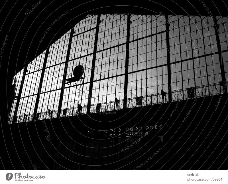 Bahnhofshalle dunkel Erwartung