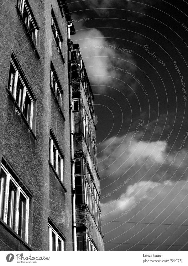 Häuserfront Haus Wolken Fenster Stadt Einsamkeit schwarz weiß Trauer trist grau Wohnung Gebäude Licht Himmel Stein Traurigkeit