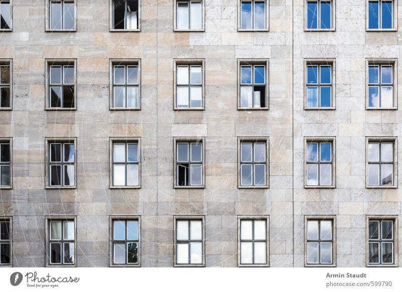 Alte Hausfassade blau alt Stadt Fenster Wand Mauer grau Hintergrundbild Fassade Design Europa Bauwerk Stadtzentrum Sehenswürdigkeit Hauptstadt