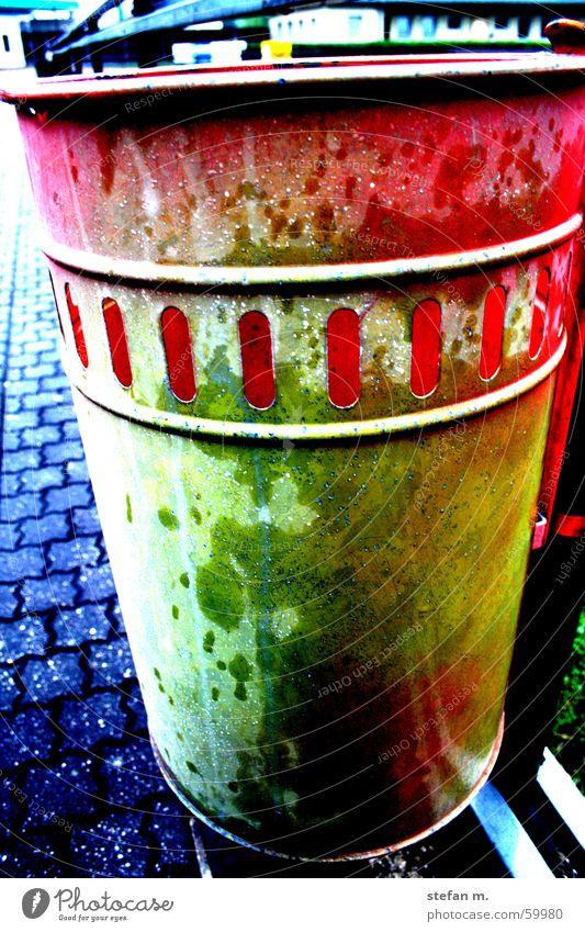 mach mich schmutzig Müllbehälter Basketballkorb Eimer Korb wegwerfen mehrfarbig dreckig waste alt