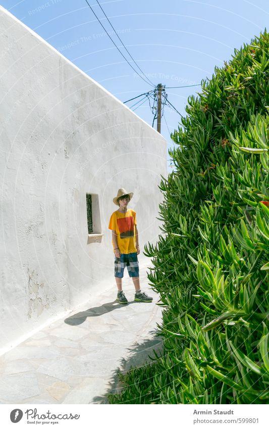 Sommerurlaub, Junge mit Strohhut steht rum Mensch Kind Jugendliche Ferien & Urlaub & Reisen blau Stadt grün Pflanze Einsamkeit Wand Mauer Stimmung maskulin