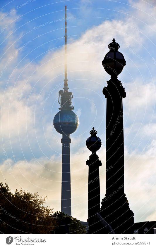 Zwei Brückensäulen als Analogie zum Berliner Fernsehturm Ferien & Urlaub & Reisen blau Stadt Sommer Architektur Stimmung groß Tourismus Perspektive hoch Schönes Wetter Turm Telekommunikation historisch Skyline Wahrzeichen