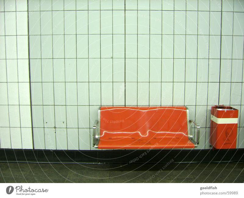 platz frei weiß rot Einsamkeit Wand orange retro Bank Station U-Bahn Sitzgelegenheit Müllbehälter