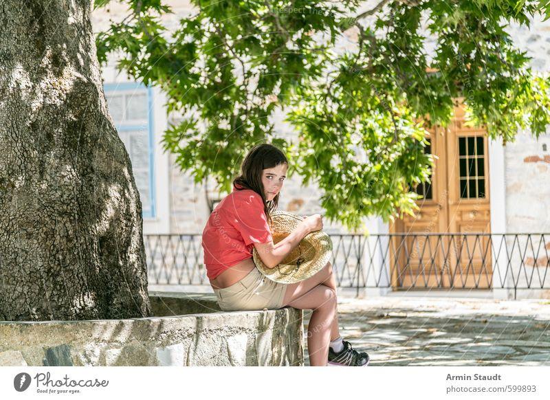 Mädchen mit Strohhut sitz unter'm schattigen Baum Mensch Frau Kind Natur Jugendliche Ferien & Urlaub & Reisen schön grün rot Haus Erwachsene Wand feminin Mauer
