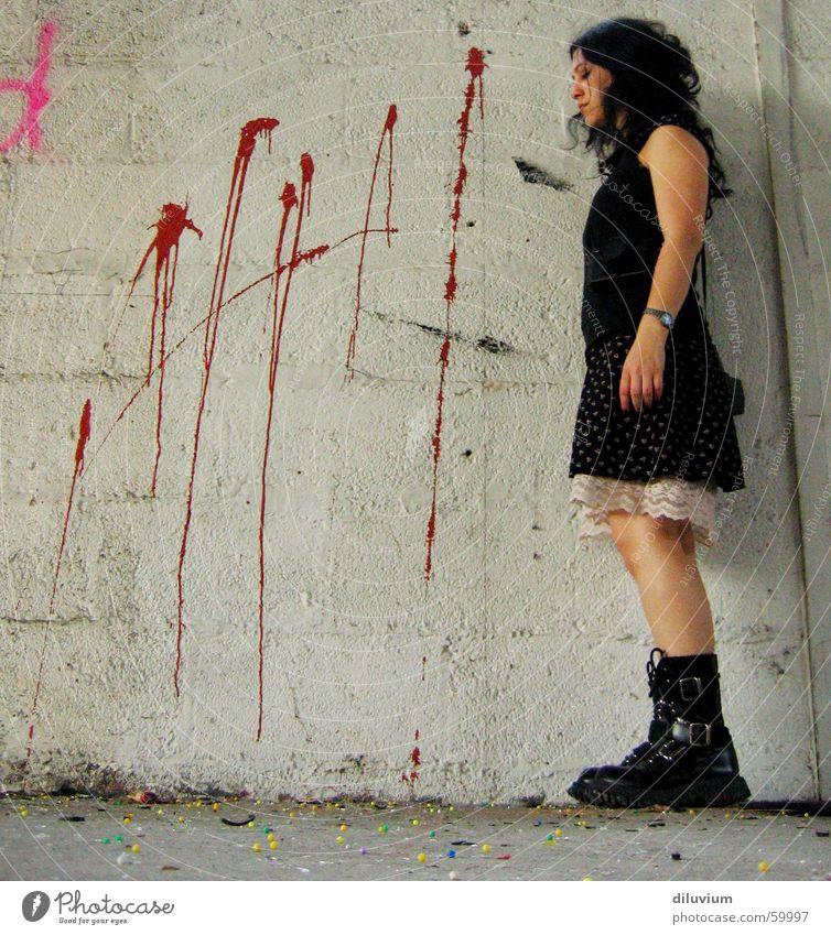 you're next rot schwarz Farbe grau Mauer Beine Kleid Kugel Schuss
