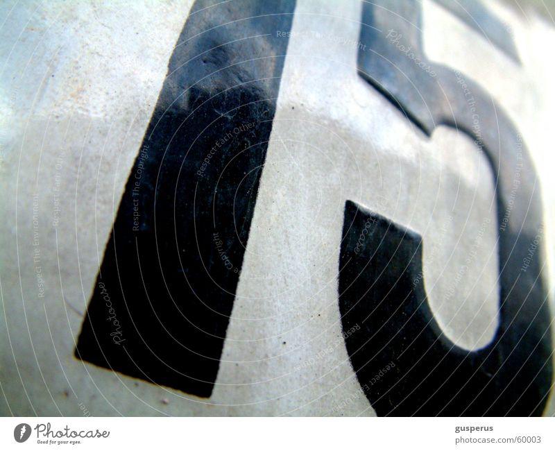 ...which number? 15 Ziffern & Zahlen Hausnummer Mathematik Makroaufnahme Dimension Licht & Schatten fifeteen nummerrierung schwarz auf weiss home ganz groß