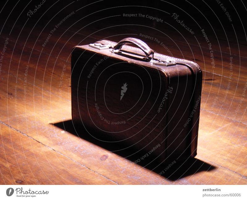 Koffer abholbereit Holzfußboden braun Licht Kontrast Gepäck Leder nehmen Nostalgie Banküberfall geheimnisvoll privat Besitz brechen aufmachen schließen Kiste