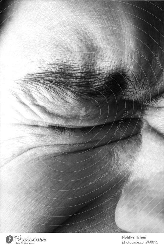Heute geschlossen. 3 Mann Gesicht Auge Schmerz Wimpern Augenbraue verkniffen