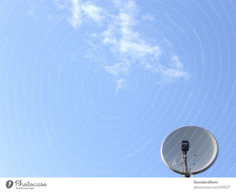 Befehlsempfänger? Himmel Luft Stimmung Wellen glänzend Technik & Technologie Kommunizieren Fernseher Fernsehen Strahlung Eingang Radio Schalen & Schüsseln Antenne Begrüßung Signal