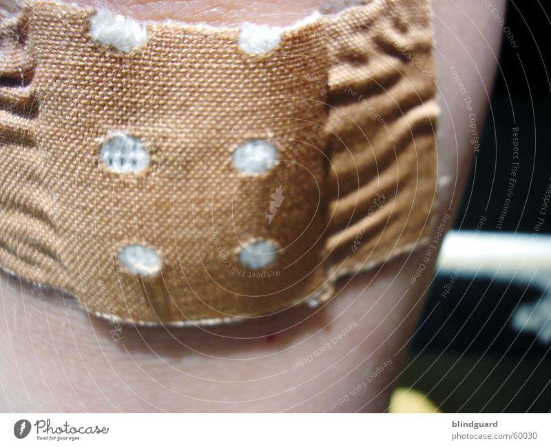 Aua Heftpflaster Wunde Versorgung blasen kleben Heilung Watte Stoff Makroaufnahme Nahaufnahme Spielen Schmerz ärztliche versorgung wound pain first aid Schutz